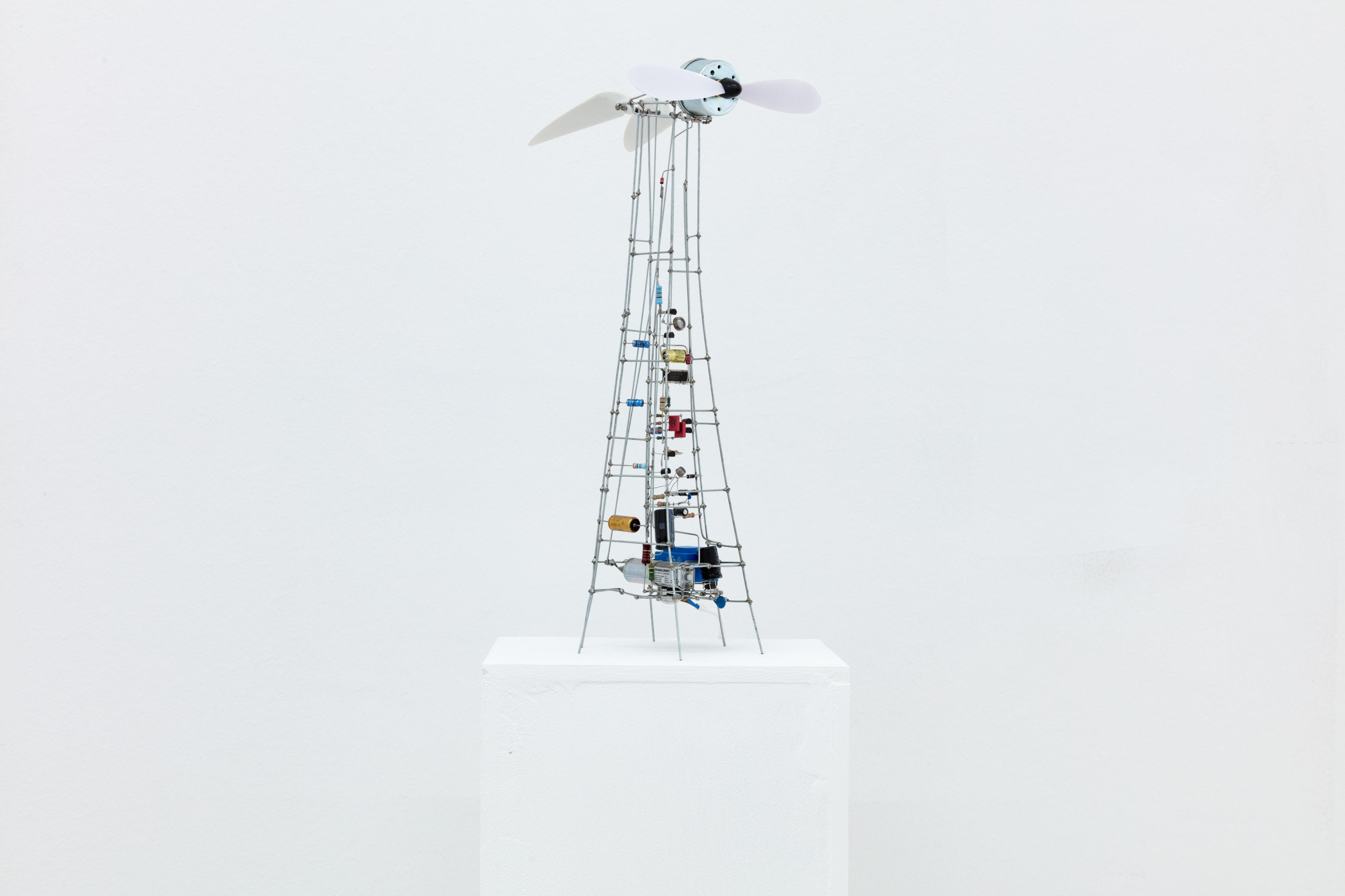 Peter Vogel, Hommage à Panamarenko, weiße Flügel, mixed Media (Bewegung), Höhe: 42 cm, 2010