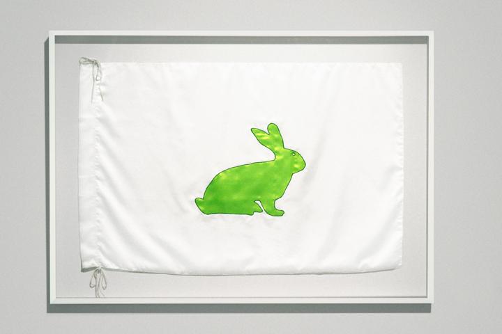 Eduardo Kac, The Alba Flag, Baumwollflagge mit gestickter Applikation, 58 x 89 cm, Auflage von 3, 2001